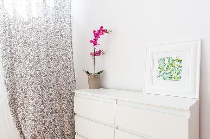 Komoda z dekoracją w salonie